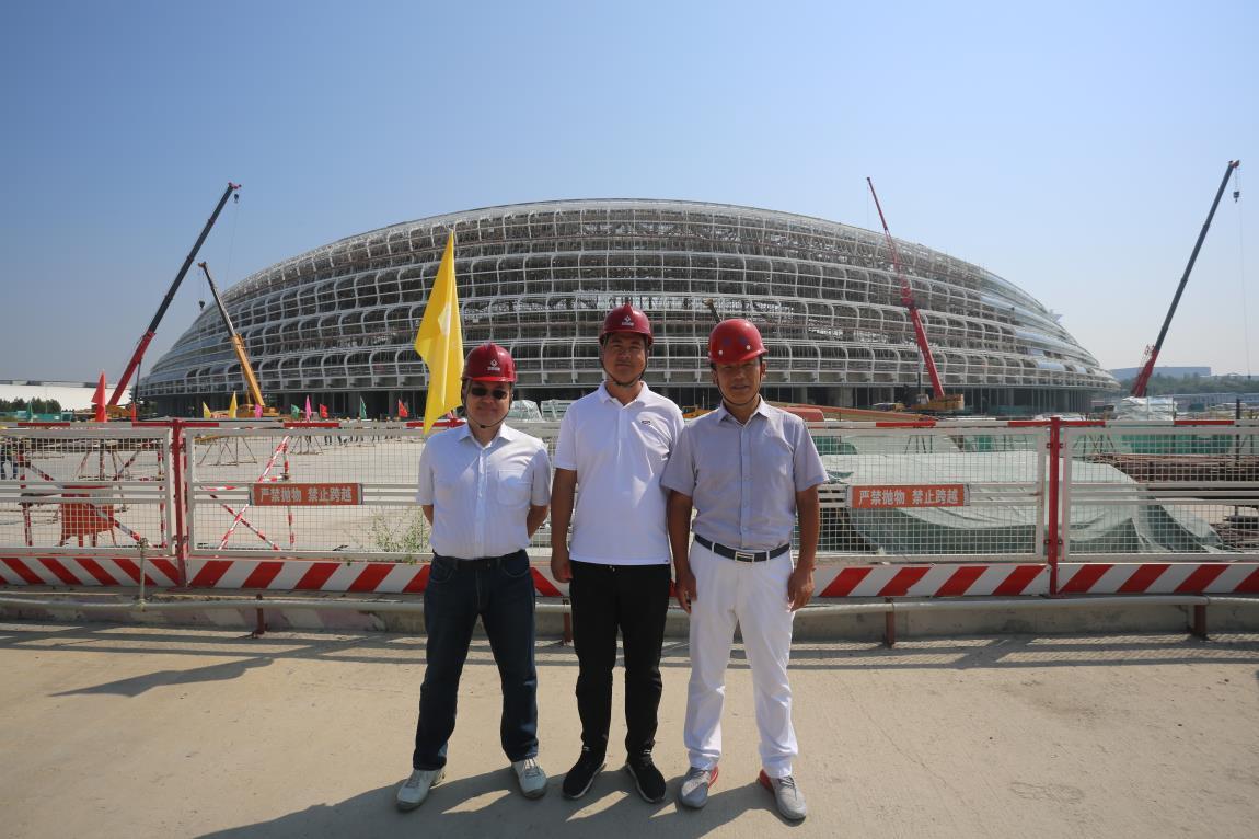 9月7号,北玻股份总裁和天津玻璃公司总经理高琦专门来到建设工地查看供货进度.jpg