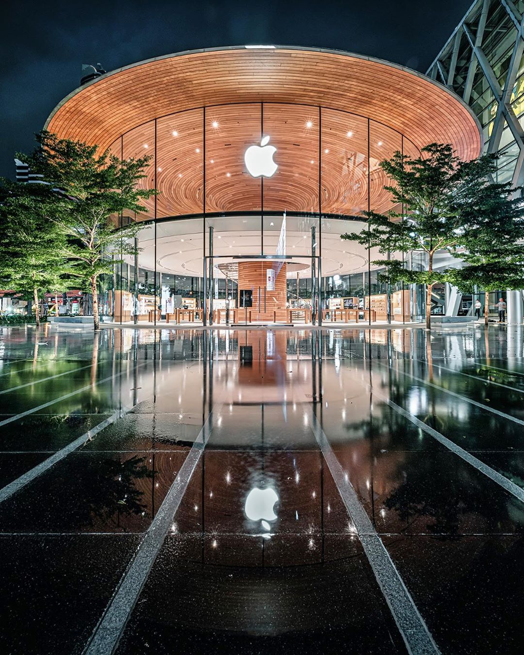 Photo by v e t i s  in Apple Central World with @apple. 图片中可能有:户外-1.jpg